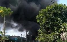 Kho vải hàng trăm mét vuông bốc cháy, cảnh sát PCCC phá tường dập lửa