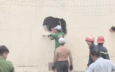 Video: Kho vải bốc cháy dữ dội, cảnh sát phá tường dập lửa
