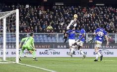 Ronaldo bật nhảy như vận động viên bóng rổ để ghi bàn cho Juventus