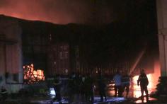 Video: Nhà xưởng sản xuất mica cháy ngùn ngụt trong đêm