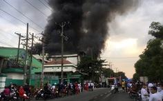 Khói lửa cuồn cuộn ở công ty sản xuất bánh kẹo trong KCN Sóng Thần