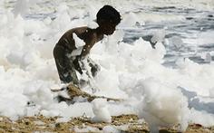 Xem cảnh cả bãi biển chìm trong bọt trắng xóa