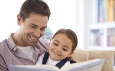 Đọc truyện cho con bằng sách thay vì máy tính bảng