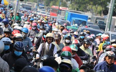 Cửa ngõ sân bay Tân Sơn Nhất kẹt xe nhiều giờ do giải đua xe đạp