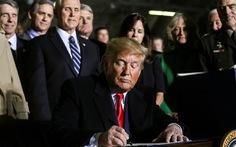 Ông Trump chính thức ký luật quốc phòng 738 tỉ USD, lập lực lượng không gian
