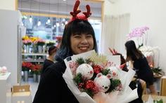 Hoa, bánh Giáng sinh giá tiền triệu vẫn tấp nập người mua