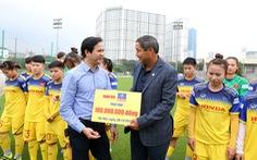 Bita's trao tặng 100 triệu đồng cho đội tuyển bóng đá nữ Việt Nam