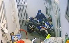 Trộm dùng 'chiêu mới' đột nhập lấy môtô BMW hơn nửa tỉ đồng