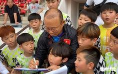 100 cầu thủ nhí Hàn Quốc 'vây' HLV Park Hang Seo trên sân Thống Nhất
