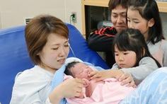 Nhật Bản khuyến khích nam giới nghỉ phép 1 tháng chăm con sơ sinh