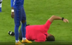 Video: Trọng tài bị 'đánh nguội' đau đớn rời sân thay bằng... trọng tài thứ 4