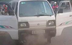 Xe chở 10 học sinh tiểu học bốc khói mù mịt giữa đường