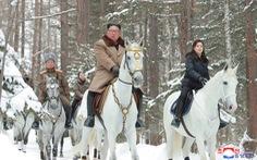 Ông Kim Jong Un cưỡi bạch mã 'hành hương đất tổ' gây sốt mạng xã hội