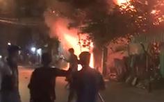 Video: Lửa bao trùm cửa hàng gia dụng, người dân phá cửa cứu 5 người