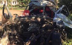 Xe bán tải nát bét sau va chạm với xe tải, 3 người chết trong đêm