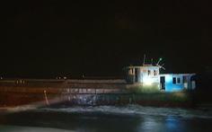 Tàu hàng không người lái có chữ Trung Quốc dạt vào bờ biển Hà Tĩnh