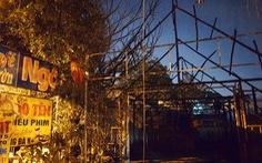 Quán lẩu cháy lan quán cà phê, hàng trăm công nhân trong hẻm giữa 2 quán té chạy