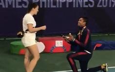 Vận động viên Philippines cầu hôn bạn gái ngay sau khi nhận huy chương