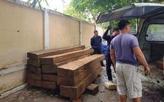 Tài xế chạy trốn bỏ lại hai ô tô chứa hàng chục phách gỗ lậu