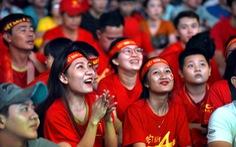 Cổ vũ bóng đá: Đừng cuồng nhiệt quá trớn
