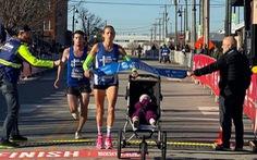 Vừa chạy bán marathon vừa đẩy nôi em bé, bà mẹ Mỹ thiết lập kỷ lục thế giới mới