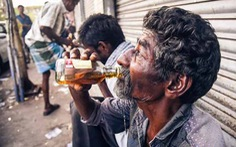 Hơn 70 người chết một lúc do uống rượu pha methanol
