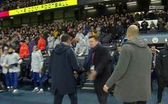 HLV Guardiola giải thích giúp Sarri vụ không bắt tay