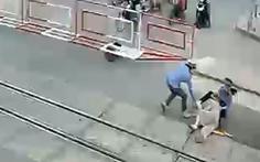 2 nữ nhân viên gác chắn cứu cụ bà trong 2 giây trước đoàn tàu lao tới