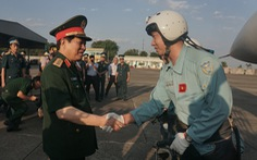 Bộ trưởng Bộ Quốc phòng kiểm tra huấn luyện bay ở sân bay Biên Hòa