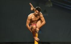 Ngỡ ngàng với 'Yoga trên cột'