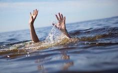 Cha mẹ đi làm đồng về thấy hai con chết đuối dưới ao