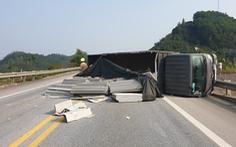Liên tiếp 2 ôtô mất lái, lật ngang trên cao tốc Nội Bài - Lào Cai