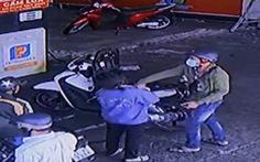 Nữ nhân viên cây xăng bị khách đấm vỡ xương mũi, bầm mắt
