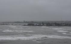 Sóng lớn làm hai cha con ngư dân rơi xuống biển mất tích