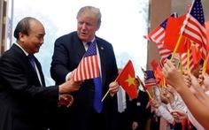 Tổng thống Trump gây thích thú với hình ảnh vẫy cờ Việt Nam