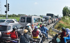 Quốc lộ 91 và đường tránh N1 'tê liệt' vì khách hành hương