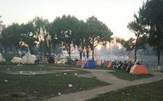 Du khách căng lều ngủ ở bờ Hồ Xuân Hương vì Đà Lạt hết phòng