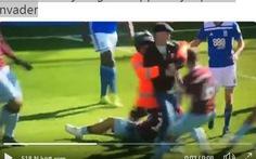 Video CĐV lao vào sân 'đấm gục' cầu thủ ở Giải hạng nhất Anh