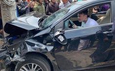 Thanh niên nghi ngáo đá lái ôtô tông hàng loạt xe trên đường