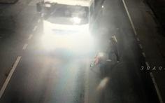 Clip nhóm thanh niên cầm hung khí chặn đầu xe trong đường hầm Phước Tượng