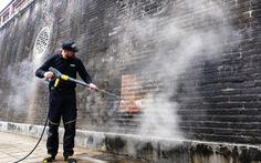 Làm sạch Ngọ Môn bằng hơi nước nóng áp lực cao