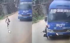 Tài xế bẻ lái tránh cái chết cho bé trai 6 tuổi băng ngang đường