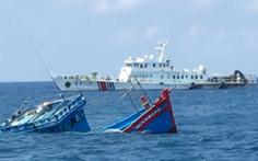 Lời kể của ngư dân: Tàu Trung Quốc xịt vòi rồng, ép tàu Việt Nam va vào đá ngầm