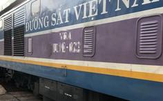 Chạy xe máy băng ngang đường sắt, hai cụ già bị tàu hỏa đâm