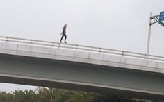 Cô gái người Mỹ lõa thể nhảy cầu vượt tử vong tại sân bay Nội Bài