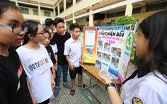 Bày bán xà bông từ tái chế dầu ăn của học sinh lớp 11 ở TP.HCM