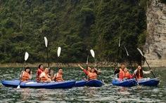 Chèo thuyền kayak ngắm hồ thủy điện đẹp mê mẩn