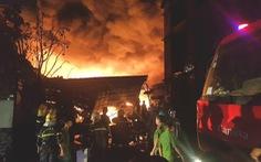 172 cảnh sát 10 đơn vị chữa cháy kho dầu chai, nhựa thông trong đêm