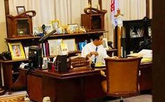 Thủ tướng Thái Lan vừa truyền nước biển vừa làm việc