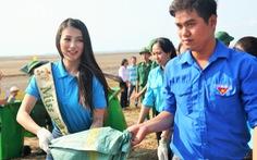 Hoa hậu trái đất Phương Khánh chung tay làm sạch biển